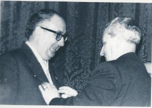 Álvaro Cunqueiro recibe la Medalla de la Real Academia Galega de manos de su presidente, Sebastián Martínez Risco