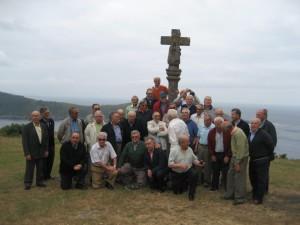 Grupo de antiguos alumnos del Seminario de Mondoñedo-sacerdotes y laicos ante el cruceiro que se alza ante la capilla de San Antonio Corveito, en Cedeira.
