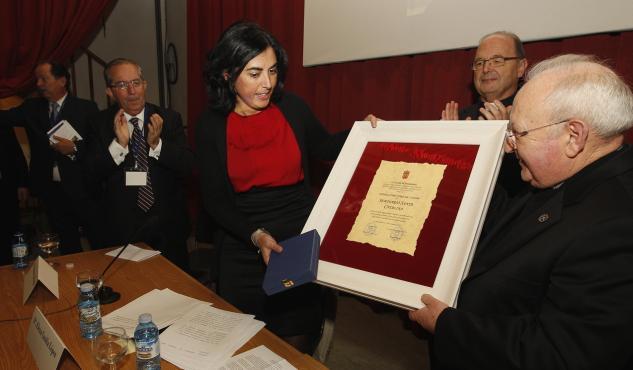 Entrega da medalla de Ouro por parte da alcaldesa Elena Candia. JOSÉ Mª ÁLVEZ