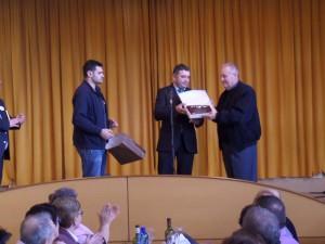 El Alcalde de Ortigueira entrega a Don Rafael una placa en nombre del Concello.
