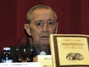 Monseñor Cal Pardo muestra su última obra.