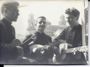 Un trío vilalbés. Compañeiros e amigos, Luis Fernandez Paz (centro) e Bernardo Garcia Cendán (derecha) amenizaron moitas celebración formando trio con Antonio Dominguez, hoxe párroco de Vilalba. Guitarras, laúde ou bandera e voces ben timbradas.