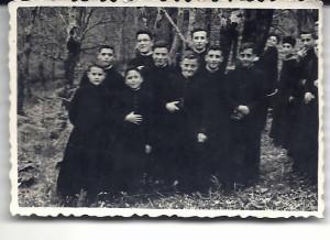 Luis (primero á esquerda), seguido de Manolo Cillero (a sua esquerda) e Bernardo Cendán (detrás, con gafas), con todos ellos fallecidos,. Con eles, otros seminaristas vilalbeses.
