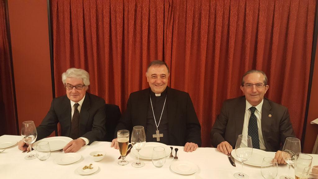 Almuerzo con nuestro obispo Mons. De las Heras, el pasado 24 de noviembre en Madrid. Ramón (izquierda) y Paco Cal Pardo acompañan a Don Luis Ángel.
